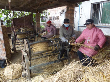 Spinning rope out of rice-straw